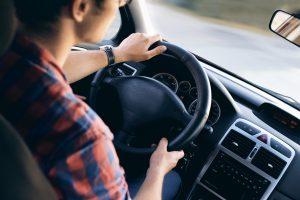 conductor joven seguro y asegurado